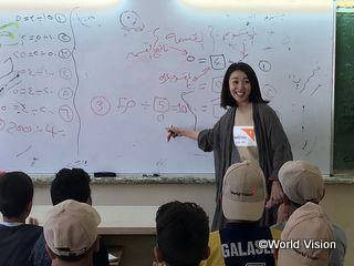 シリア難民の子どもたちに授業をする酒井美紀さん