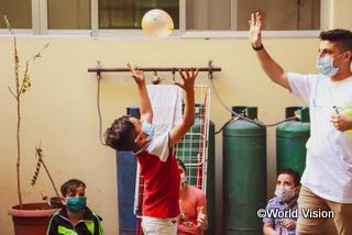 子どもたちの心のケアのための支援セッション。風船を使ったゲームを楽しむ子どもたち