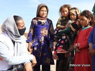 アフガニスタン国内で避難生活を送る子どもたちの話を聞く事務局長