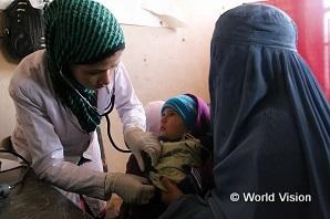 助産師になるために、支援を受けて臨床実習を行う学生。 お母さんと赤ちゃんへの健診の機会にもなります(アフガニスタン