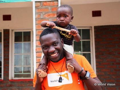 マラウイのワールド・ビジョンスタッフと支援地の子ども