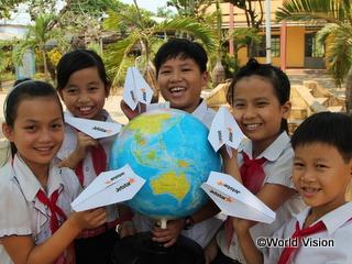 地球儀をかこむ5年生