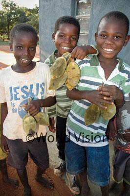バオバブの実を食べる子どもたち