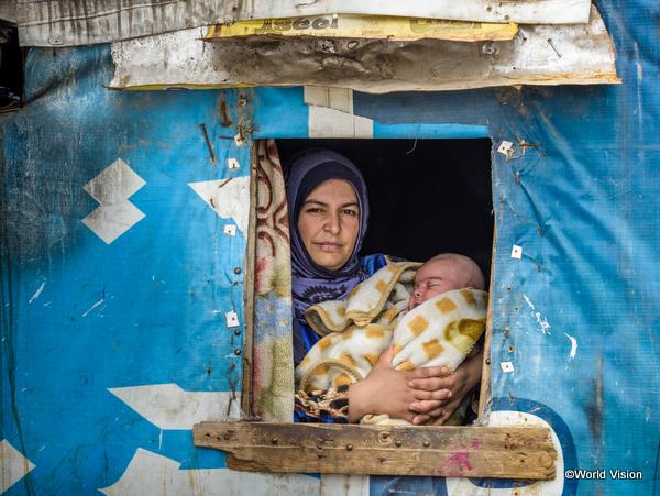 シリア難民キャンプで暮らす親子