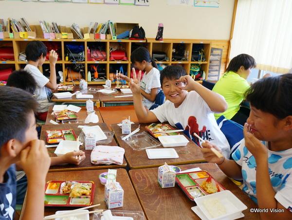 給食支援を実施した益城町の小学校にて
