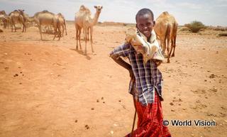 干ばつ発生後、人々が移動して村がなくなってしまったため、学校も閉鎖となり教育を受けられなくなったモハマド君(10 歳)。
