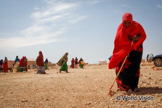 市場までの道路を整備する女性たち