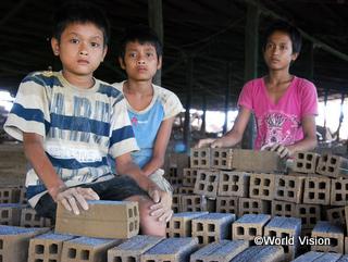 山から土の塊を切り出し、埃が舞う工場で一日中レンガを作るサライ君(左)。「最悪の形態の児童労働」の一例(カンボジア)