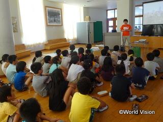 小学校を訪問し、世界の子どもたちの現状を紹介