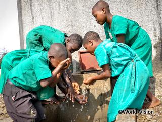 学校で手洗いについて学び実践する子どもたち