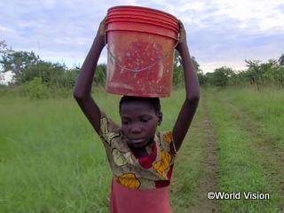 毎日、3.5キロ先にある井戸に水を汲みに行くバイオレットちゃん(10歳)