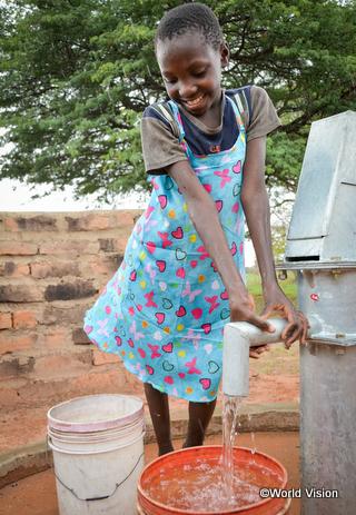 井戸ができ、遠くまで水汲みに行く必要がなくなったバイオレットちゃん