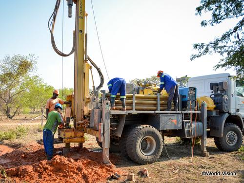この地域に合った水施設、深井戸を掘るスタッフたち