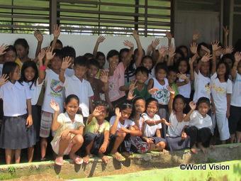 修復が完了したび民間ホールに集まる子どもたち