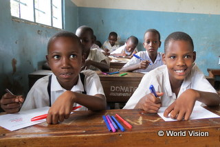 ADPにより建設された教室で学ぶ子どもたち