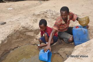 支援開始当初、人々は汚く危険な水を汲んでいました