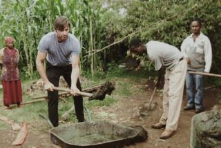 農園でデュカリとともに作業するヒュー