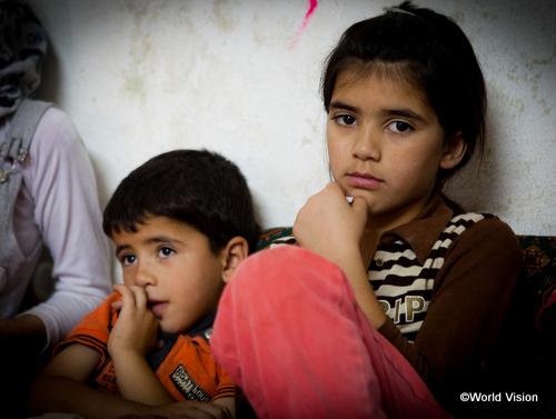 「将来の夢はお医者さんとなること」と話すガザルちゃん(写真右、10歳)。避難生活で学校に通えない今、未来に希望をつなげることができません
