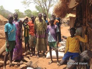 南スーダンの難民の家族。子どもたちは学校に通うことができません