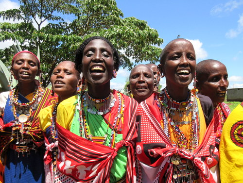 塩野義製薬株式会社の訪問を歓迎するケニアのお母さんたち