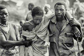 ルワンダから隣国へ逃げる人々(1994年)