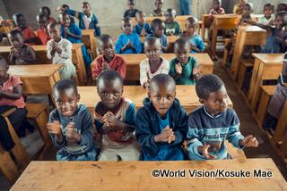 教育支援では、教室の増設、机や椅子等の補充や、教師のトレーニング等、学ぶ環境を整えている