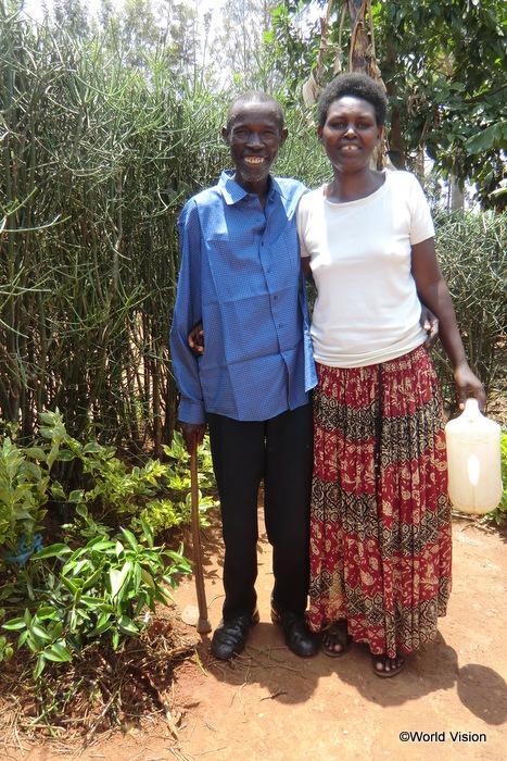 ローズさん(右)とパトリックさん(左)。足元に育っているのが、「平和の木」
