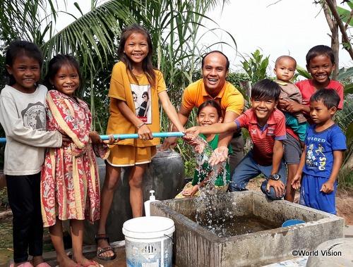 きれいな水を喜ぶカンボジアの子どもたち