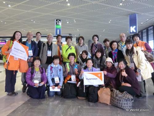出発当日に成田空港で集合写真「チームスワジ!」