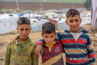 レバノンの難民キャンプにクラスシリア難民の子どもたち