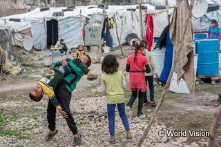 レバノンの難民キャンプで遊ぶ子どもたち