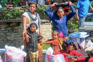 支援物資を受け取ったクマリさん(左)とその家族
