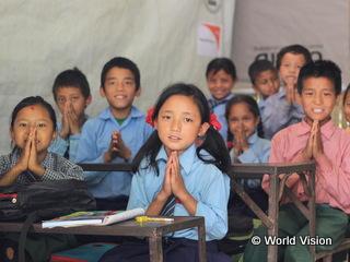 仮設校舎で学ぶ子どもたち
