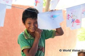 チャイルドフレンドリースペースで遊ぶネパールの男の子。