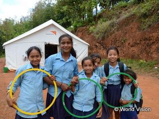 チャイルド・フレンドリー・スペースの前で笑顔の女の子たち