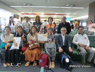 成田空港で集合写真を撮影しました。「行ってまいります!」