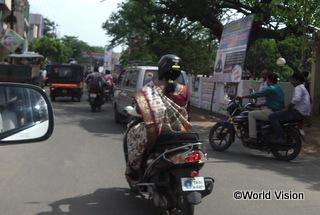 サリーでバイクに乗っている女性も少なくありませんでした