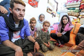 シリアからイラクに逃れてきた家族。狭い部屋を、親戚を含めた26人でシェアしている
