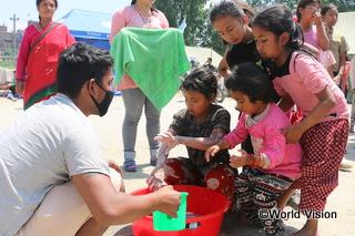 せっけんで手洗いをする子どもたち。感染症予防のため、避難所では手洗いが励行されています