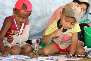 CFSでは、絵を描いたり、みんなで歌ったり、広場で遊んだりします。「地震は怖い」と語る子どもも、CFSでは安心した表情を浮かべます
