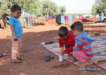 爆撃を逃れるために多くの子どもたちも避難を余儀なくされました