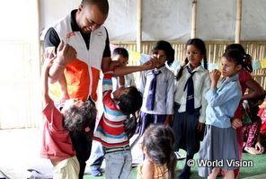 ネパール大地震の教育プロジェクト担当スタッフと子どもたち