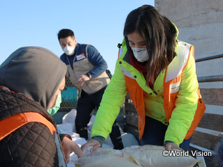 支援品を確認するワールド・ビジョンのスタッフ(モンゴル)