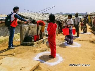 ロヒンギャ難民キャンプでソーシャル・ディスタンシングの指導をするWVスタッフ