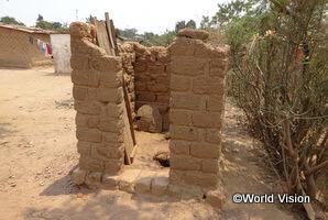 屋根も扉もないトイレ。手洗い場も設置されていません