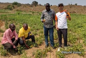 乾燥している土地に水を撒いてトマトを栽培し、乾期にも収入を得られるように取り組んでいます