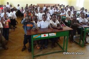 小学校低学年では定員以上の子どもたちが狭い教室で学んでいます