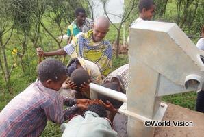 支援を受けた井戸を利用する子どもたち