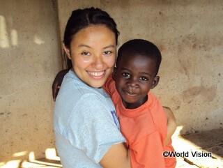 ウガンダの子どもと飯干スタッフ