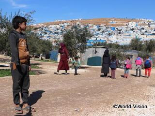 国内避難民地域で暮らす保護者を亡くした子ども